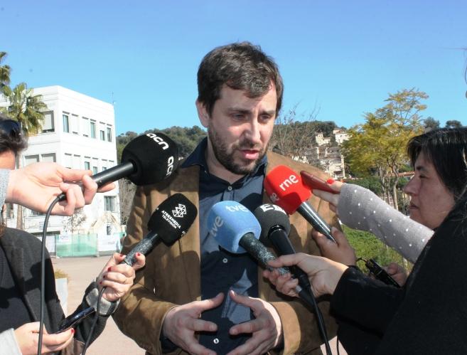 El conseller de Salut, Antoni Comín, atenent als mitjans de comunicació, aquest migdia.