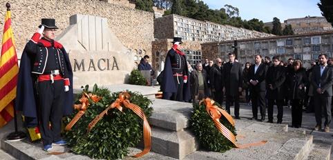 El president Puigdemont, el vicepresident i diversos consellers durant l'ofrena