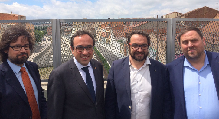 El secretari d'Infraestructures i Mobilitat, Ricard Font, el conseller de Territori i Sostenibilitat, l'alcalde de Sabadell, i el vicepresident del Govern davant la línia d'FGC als barris de Gràcia i de Can Feu, aquest matí.