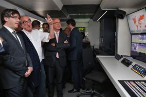 El president visitant la unitat mòbil que es pot veure en l'exposició. Autor: Jordi Bedmar
