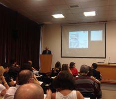 El secretari Aregio durant la presentació de l'informe