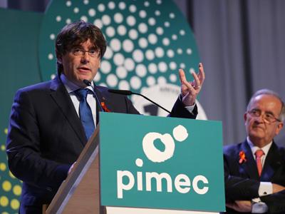 El president Puigdemont, acompanyat del president de Pimec, durant la seva intervenció
