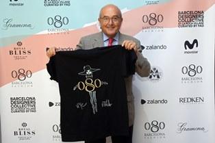 El dir. del 080, Miquel Rodríguez, amb la samarreta solidària 20a edició