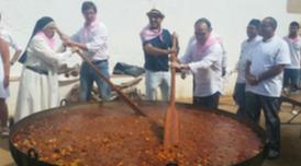 Els consellers Turull i Mundó remenant l'estofat de carn a la Festa Major de Santa Cristina de Lloret de Mar amb Sor Lucía Caram i l'alcalde de la vila Jaume Dulsat