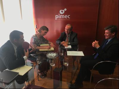 La consellera Chacón signa en el llibre d'honor de PIMEC