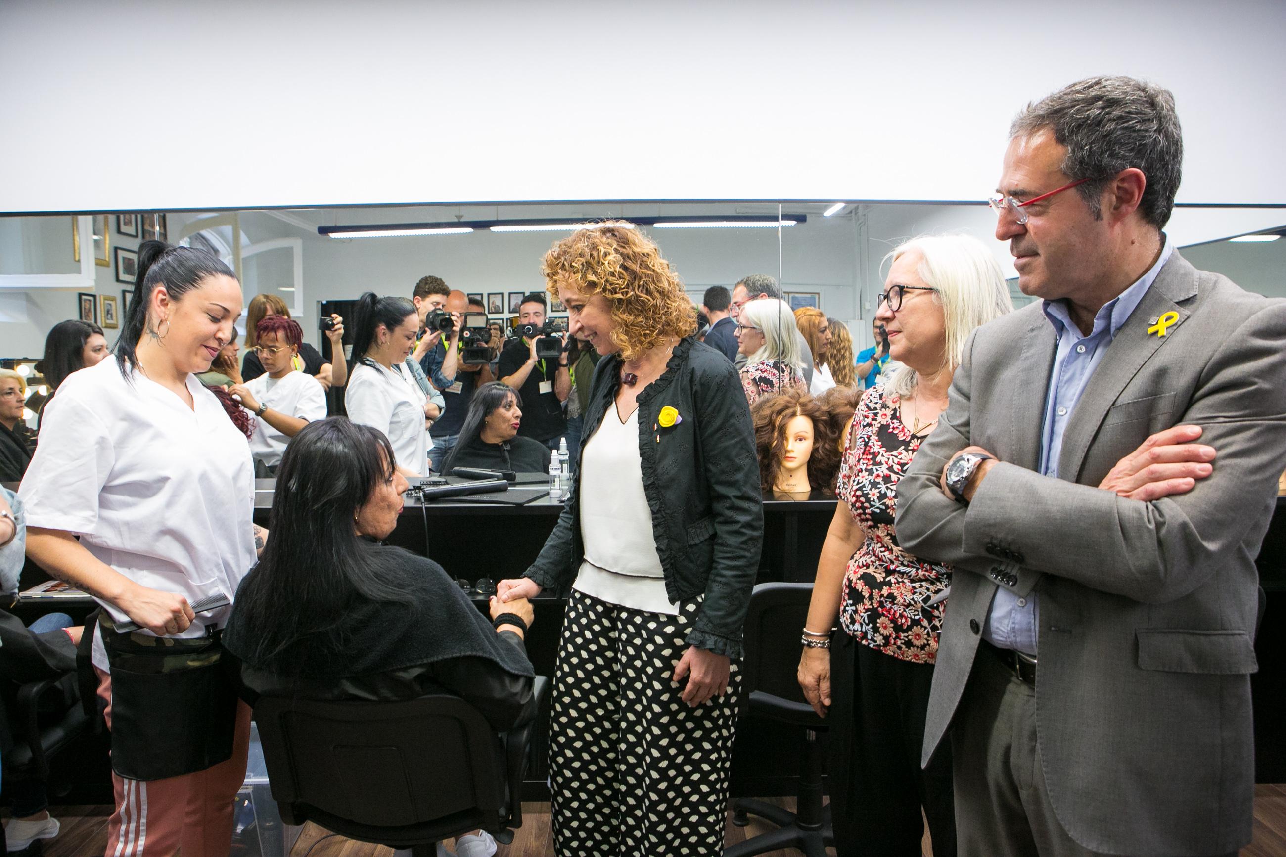 La consellera Capella visita la perruqueria del CP Dones.