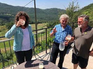 La consellera Teresa Jordà bevent un vas de llet crua de vaca