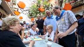 El president Torra durant una visita a les festes de Gràcia de Barcelona (Fotografia: Ruben Moreno)