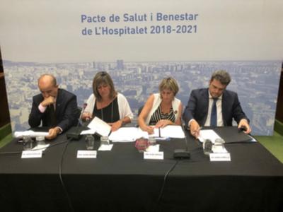 La consellera firmant el Pacte de salut i benestar de l'Hospitalet de LLobregat