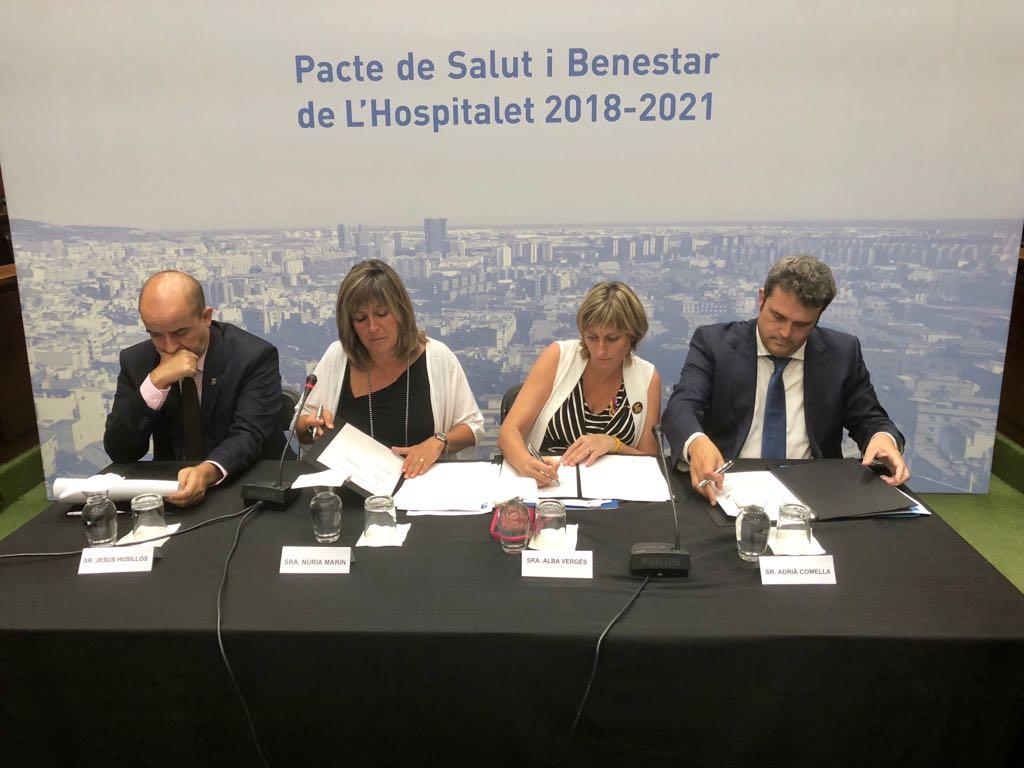 La consellera de Salut durant la signatura del Pacte de salut i benestar de l'Hospitalet.