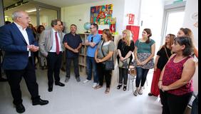 El president i el conseller parlant amb mestres de l'escola. Autor: Rubén Moreno