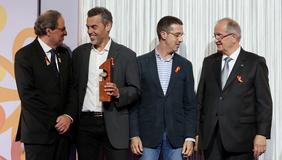 El president Torra lliura el guardó a la mitjana empresa més competitiva. Autor: Rubén Moreno
