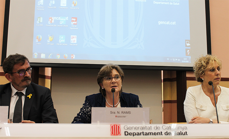 La directora general d'Ordenació Professional i Regulació Sanitària del Departament de Salut, Neus Rams, i la degana del Col·legi de Logopedes de Catalunya, Mireia Sala, en la presentació del document als professionals i entitats