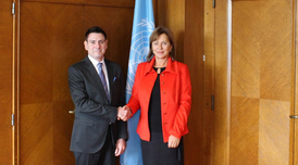 Imatge: el director general del CETMO, Òscar Oliver i la secretària executiva de la UNECE, Olga Algayerova, després de signar el conveni.