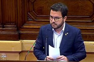 Fotografia del vicepresident Aragonès durant la seva interpel·lació al Parlament