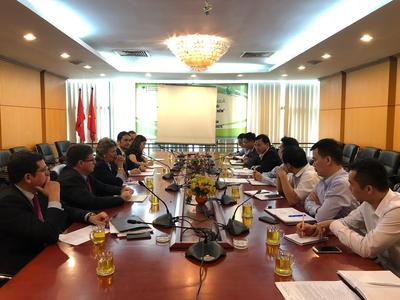 Moment de la reunió de la delegació catalana, encapçalada pel conseller Calvet, al Ministeri de Recursos Naturals i Medi Ambient del Vietnam.