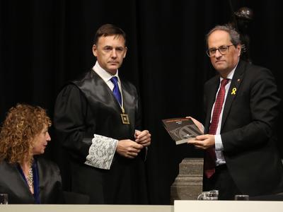 El president Torra ha rebut la memòria de la Comissió Jurídica Assessora (Foto: Jordi Bedmar)
