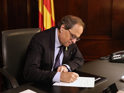 El president Quim Torra signant el decret que nomena Alfred Bosch nou conseller d'Acció Exterior