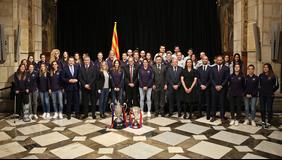Fotografia de grup amb les jugadores i l'equip tècnic.
