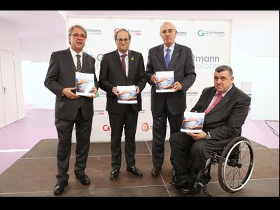 El president Torra, amb Francesc Homs, Josep Maria Ramírez i Josep Maria Solé, amb el llibre que han presentat