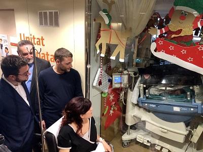El vicepresent visitant l'Emma i els seus pares
