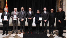 El president de la Generalitat i el del Parlament amb els guardonats. Autor: Rubén Moreno
