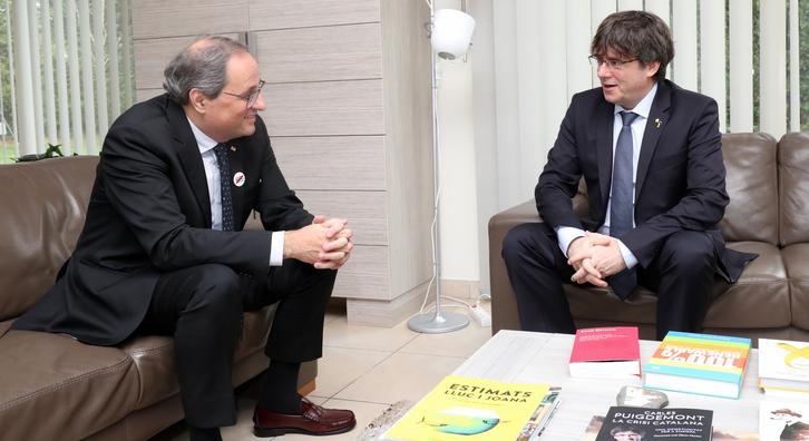 Els presidents Torra i Puigdemont, atenent els mitjans de comunicació