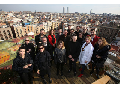 La dir. gral de Comerç, Muntsa Vilalta (de vermell), i la project manager del 080, Marta Coca, amb els dissenyadors d'aquesta edició de la passarel·la