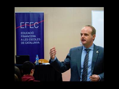 Fotografia del secretari general del departament de la Vicepresidència impartint un taller d'educació financera