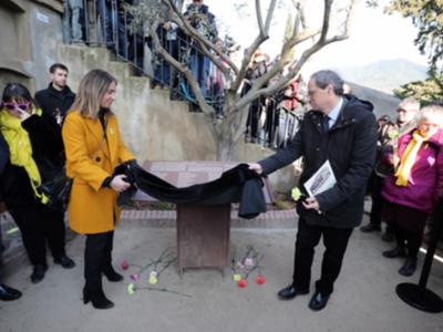 El president Torra amb l'alcaldessa de La Garriga, Meritxell Budó, durant l'ofrena amb motiu del 80 aniversari dels bombardejos feixistes