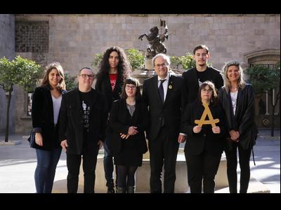 El president amb Anna Vives i representants i treballadors de l'empresa premiada