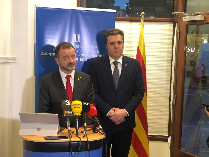 El conseller Bosch i el delegat Sergi Marcén atenen els mitjans a la inauguració de la Catalonia House de Londres.