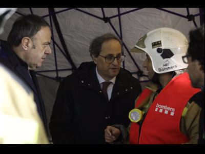 El president, parlant amb els equips d'emergències