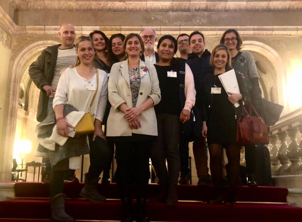 La consellera, reunida al Parlament amb el grup de mares i pares d'infants amb hipoacúsia severa o profunda