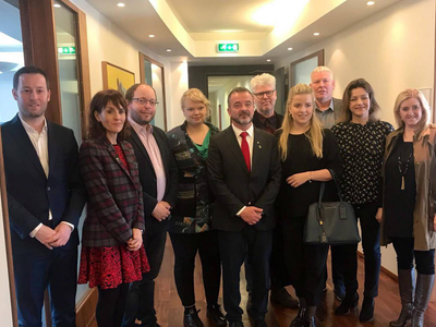 Minister Bosch and the Catalan government's representative in the Nordic Countries, Francesca Guardiola, with members of the Foreign Affairs Committee of the Icelandic parliament.