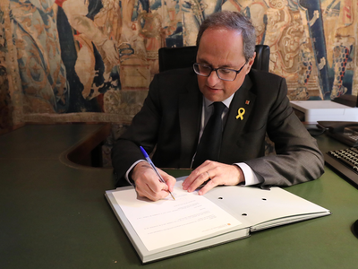 El president signant el decret (Autor: Rubén Moreno)