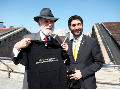 The Minister for Digital Policy, Jordi Puigneró, met today with Vinton Cerf, hours before Cerf was presented with the Catalonia International Prize. At the meeting, the minister gave Cerf a T-shirt bearing the slogan of a government campaign launched at this year's edition of the Mobile World Congress: