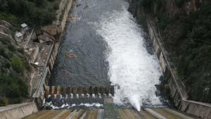 Alliberament d'aigua des dels desguassos de fons de la presa de Sau.