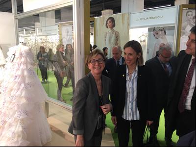 La consellera Chacón durant la visita inaugural a la Valmon Bcn Bridal Fashion Week