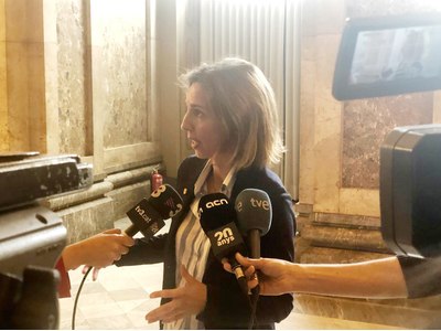 La consellera atenent els mitjans de comunicació