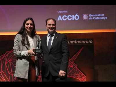 La guanyadora del Fòrum amb el conseller delegat d'ACCiö, Joan Romero