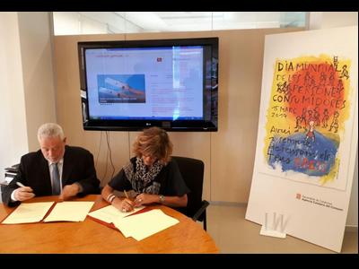 La directora de l'Agència Catalana del Consum, Beth Abad, i el president del Consell de Gremis, Joan Manel Guillén, en l'acte de signatura del conveni