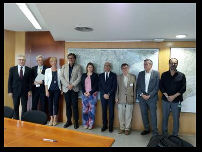 El secretari d'Hàbitat Urbà (quart per l'esquerra) amb la directora de l'Agència de l'Habitatge de Catalunya i els representants de Fundació Privada per a l'Ordenació del Sector de la Construcció de Catalunya després de la signatura del conveni.