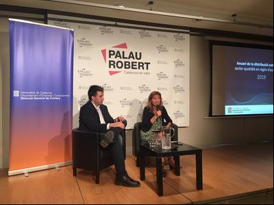 La dir gral de COmerç, Muntsa Villalta, amb el coordinador de l'Anuari, Joan Morera en la roda de premsa de presentació