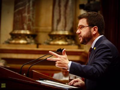 Fotografia del vicepresident Aragonès durant la seva intervenció al Parlament (1)