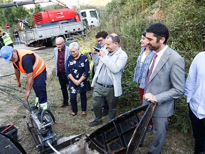 El conseller Puigneró amb l'alcaldessa de Taradell durant la visita a les obres de desplegament de la fibra òptica al municipi