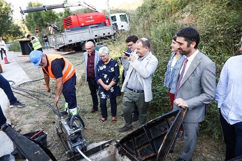 El conseller Puigneró amb l'alcaldessa de Taradell durant la visita a les obres de desplegament de fibra òptica al municipi