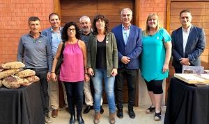Fotografia de grup de la consellera Jordà amb representants del sector d'avellana