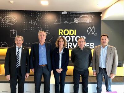 La consellera Àngels Chacón i Ramón alturo, director dels Serveis Territorials d'Empresa i Coneixement a Lleida -primer per l'esquerra- amb els màxims responsables de Grupo Rodi