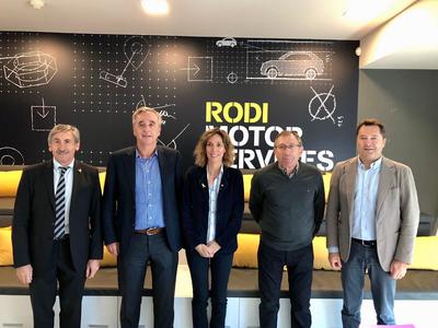 La consellera Àngels Chacón i Ramón Alturo, director dels Serveis Territorials d'Empresa i Coneixement a Lleida -primer per l'esquerra- amb els màxims responsables de Grup Rodi